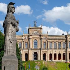 Blick auf das Maximilianeum in München, den Sitz des Bayerischen Landtags, von der Maximiliansbrücke aus