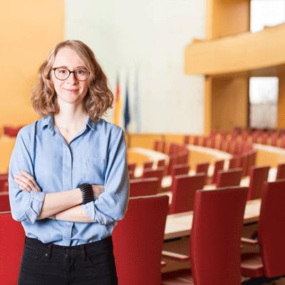 Eva Lettenbauer vor dem Plenarsaal des bayerischen Landtags