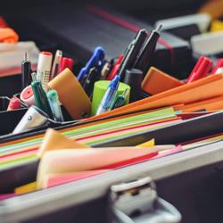 Nahaufnahme eines Moderationskoffers mit Stiften und bunten Karten