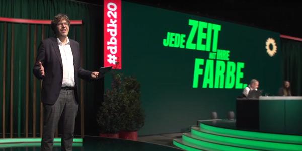 Bundesgeschäftsführer Michael Kellner nach dem Beschluss des neuen Grundsatzprogramms auf der Bühne des digitalen Bundesparteitags