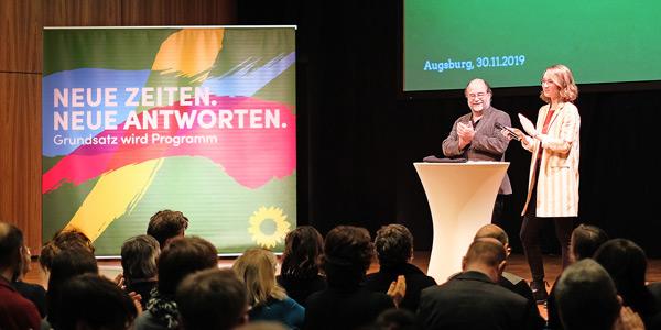 Die grünen Landesvorsitzenden Eva Lettenbauer und Eike Hallitzky auf der Bühne beim Grundsatzprogrammkonvent in Augsburg