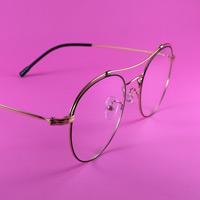 Symbolbild für mehr Durchblick: Eine Brille auf pinkfarbenem Untergrund