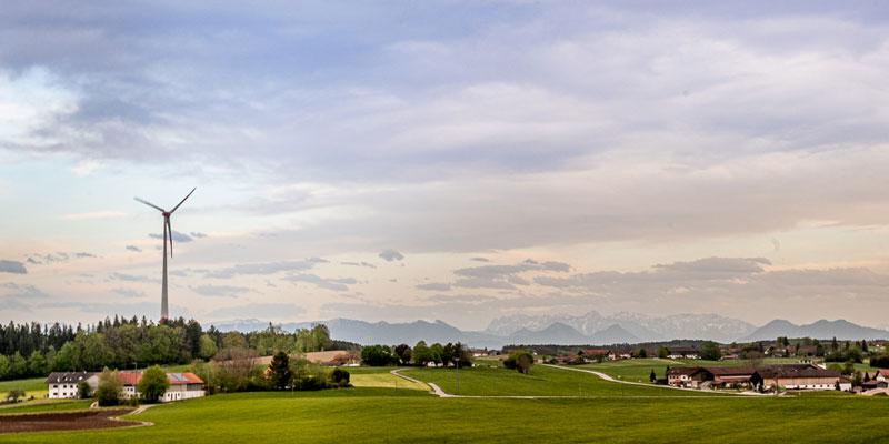 Ein Windrad im Landkreis Ebersberg, im Hintergrund sieht man das Alpenpanorama
