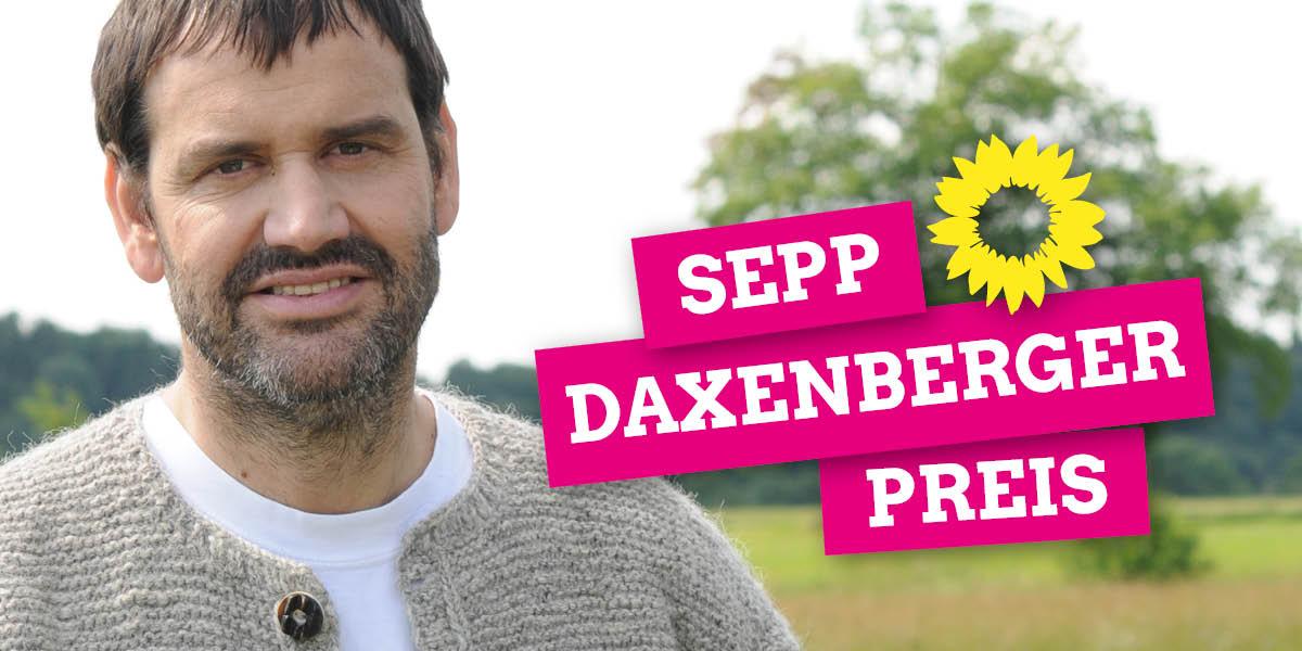 Ein Foto von dem Politiker Sepp Daxenberger, im Hintergrund ist eine grüne Wiese zu erkennen. Auf dem bild steht geschrieben: Sepp-Daxenberger-Preis