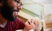 Ein Vater mit seinem Kind mit Beeinträchtigung
