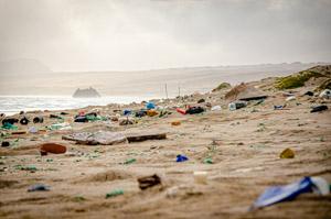 Plastikmüll am Strand von Boa Esperança
