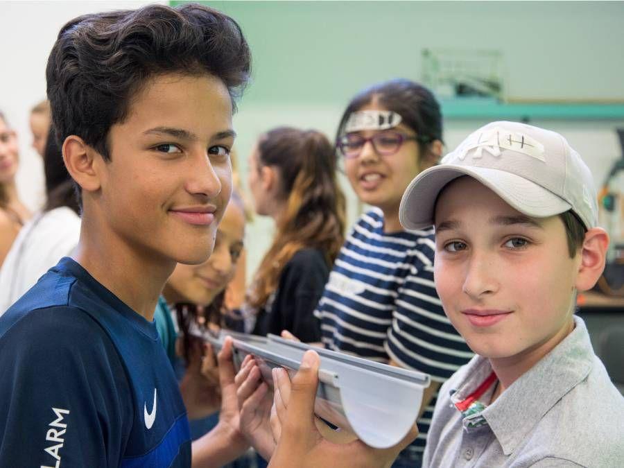 Schüler bei der Dachrinnenstaffel