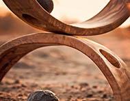 zwei aufeinander liegenden Holzreifen in perfekter Balance