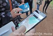 smartphone, das in der Hand gehalten wird