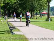 Radfahrer auf einem Weg im  Park