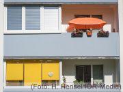 Hauswand mit Balkonen und Sonnenschutz