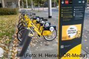 Fahrräder stehen nebeneinander