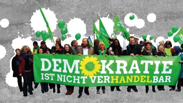 """Grüne mit Banner """"Demokratie ist nicht verhandelbar"""" // Foto: Foodwatch"""