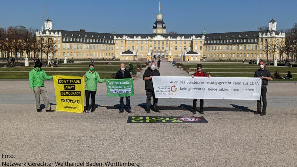 """Aktion """"Stop CETA"""" vor Bundesverfassungsgericht // Foto: Netzwerk Gerechter Welthandel Baden-Württemberg"""