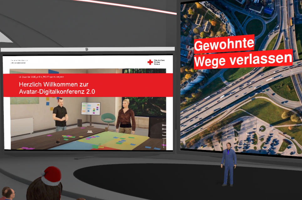 """Foto von virtueller Konferenz. Links steht """"Herzlich Willkommen zur Avatarkonferenz 2.0"""" und rechts steht """"Gewohnte Wege verlassen"""""""