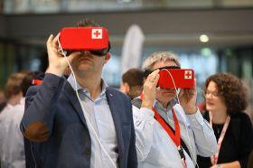 Zwei Person tragen VR-Brillen im DRK-Design.