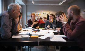 Eine Workshopsituation mit 6 Personen am Tisch beim DRK.