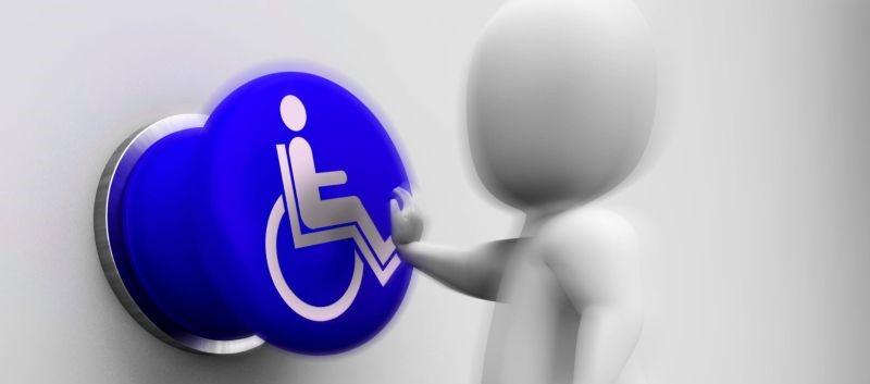 Eine Figur drückt auf einen Knopf, auf dem das Rollstuhlfahrer-Symbol ist.