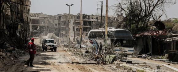 Einsatzfahrzeug des SARC in zerstörtem Gebiet