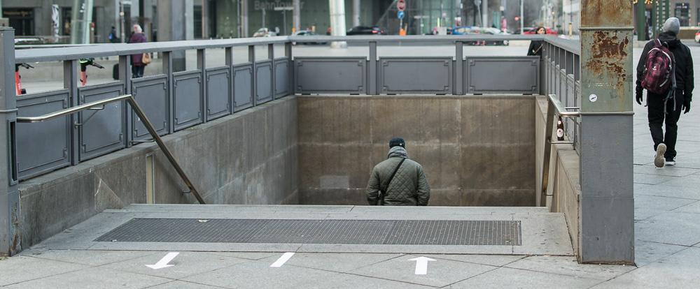 Menschen gehen getrennte Wege
