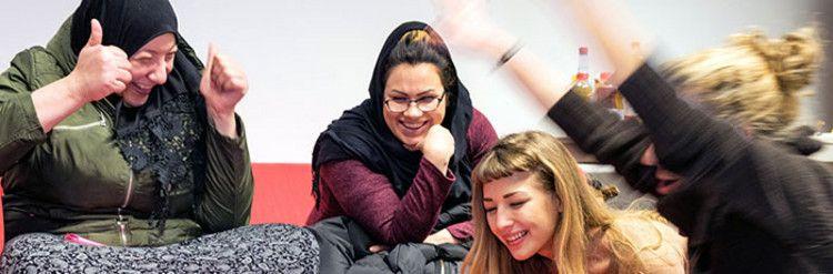 Frauen bei einem Projektangebot in einer Flüchtlingsunterkunft