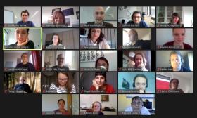 Ein Foto von einer Videokonferenz von vielen Teilnehmenden.