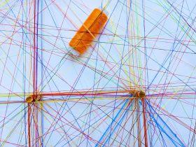 Ein Netz aus Bindfäden, die sich verbinden.