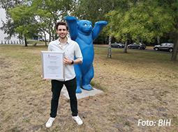 Daniel Bauer und Urkunde Paper of the Month
