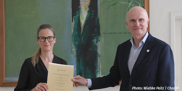 Claudia Langenberg erhält Berufungsurkunde von Axel R. Pries