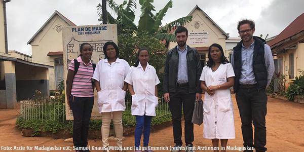 Samuel Knauß (Mitte) und Julius Emmrich (rechts) mit Ärztinnen vor einem Gesundheitszentrum in Antananarivo, Madagaskar