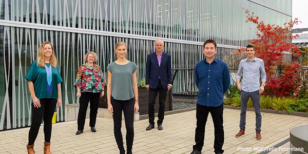 Das Bild zeigt die vier jungen Nachwuchsgruppenleiter*innen mit den Chairs des Single Cell Programms: Ashley Sanders, Angelika Eggert, Stefanie Grosswendt, Nikolaus Rajewsky, Leif Ludwig und Simon Haas (v.l.n.r.)