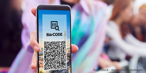 Hand hält Handy mit BärCODE-App