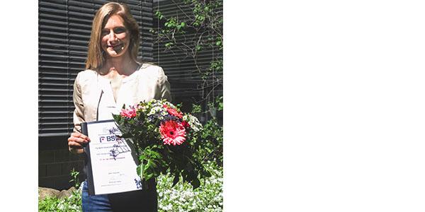 Stefanie Großwendt holding her BSIO Award and flowers