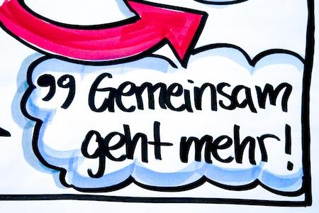 """Auf einer Sketchnote-Grafik steht der Schriftzug """"Gemeinsam geht mehr""""."""