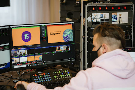Ein Mann bedient während der KonfBD20 das Set-up für den Livestream.