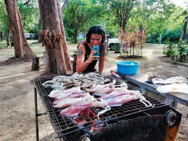 Meeresfrüchte grillen auf einem thailändischen Campingplatz