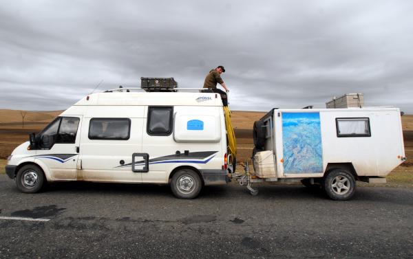 Wohnmobil mit Wohnwagen-Anhänger