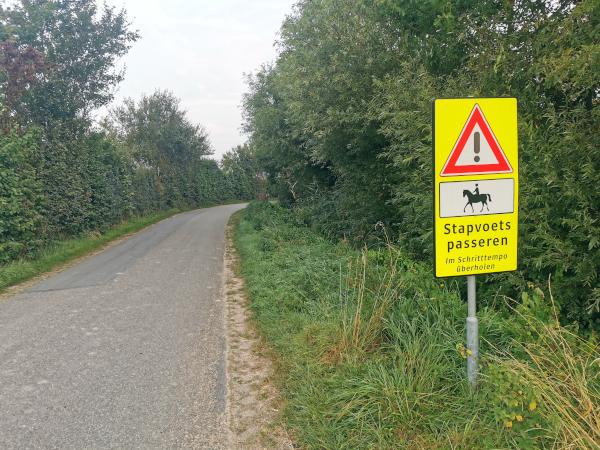 Schild: Pferde nur im Schritttempo überholen