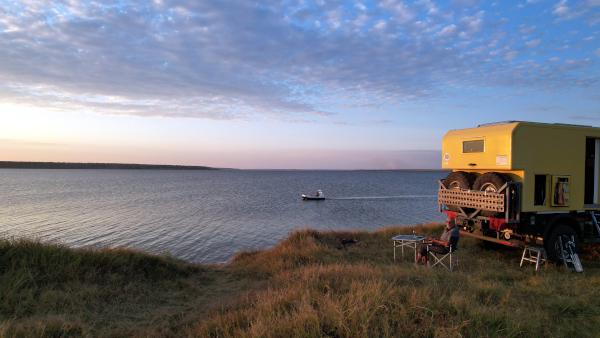 Wohnmobil vor Sonnenuntergang an der ukrainischen Schwarzmeerküste