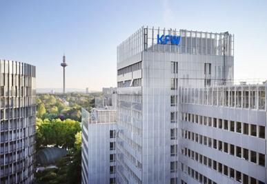 KfW-Bildarchiv / Alex Habermehl: Drohnenaufnahmen des KFW Standorts Frankfurt am Main aus Mai 2020. Blick auf das Haupthaus mit KfW Logo und Fernsehturm im Hintergrund.