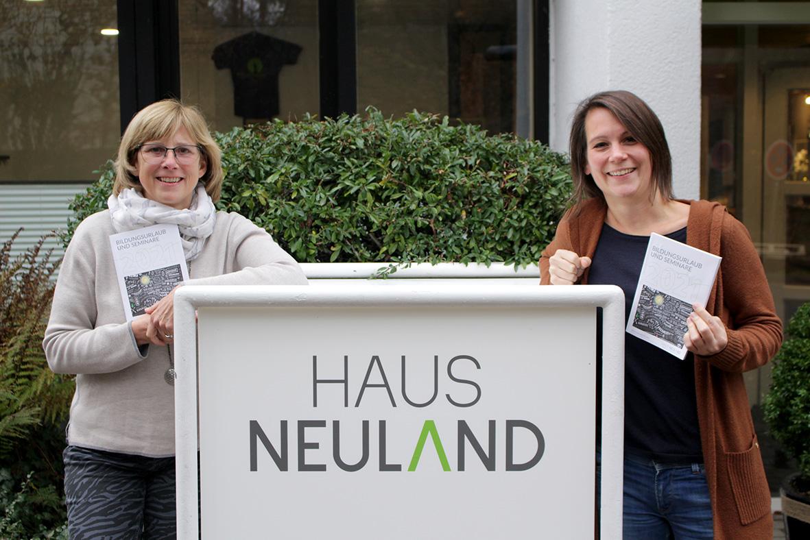Pädagoginnen Nadja Bilstein und Carola Brindöpke mit dem neuen Jahresprogramm