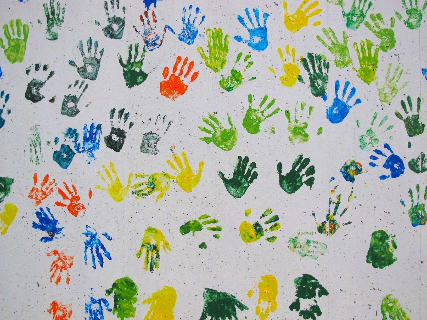 Wand mit bunten Handabdrücken