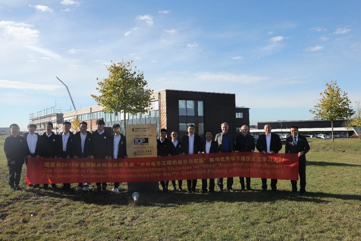 Die Teilnehmer der Exkursion auf dem Firmengelände der Solare Datensysteme GmbH (Solar-Log™)