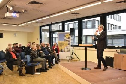 """Oberbürgermeister Marcel Philipp eröffnet den """"Aktionstag Bushof"""" und hört später noch eine ganze Weile interessiert zu. © Stadt Aachen / Andreas Herrmann"""
