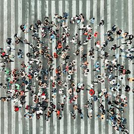 Menschenansammlung von oben fotografiert