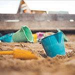 Spielzeug, das in einem Sandkasten herumliegt.