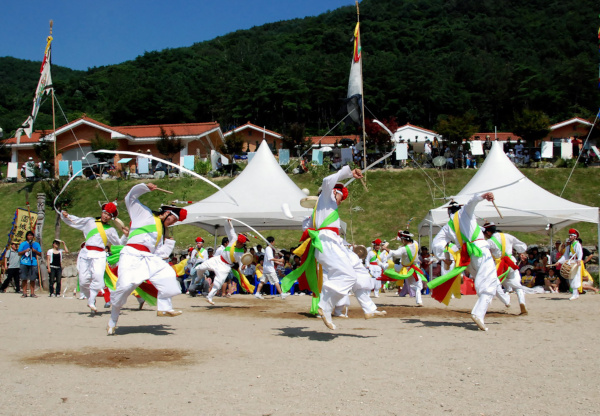Performance mit dem Jinju Samcheonpo Nongak Bauernmusik-Ensemble
