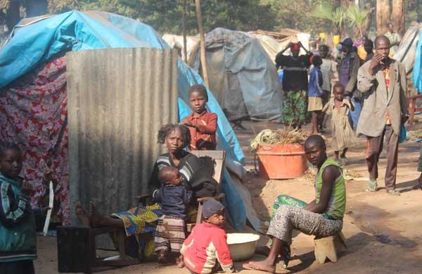 Menschen in einem Flüchtlingslager in der Zentralafrikanischen Republik: Auf soziale Distanz zu gehen, ist hier fast nicht möglich.