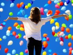 Frau inmitten von Luftballons