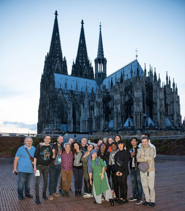 Delegation am Kölner Dom, Foto: Tobi Vollme